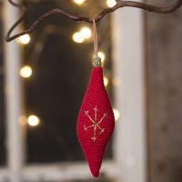 Une décoration de Noël rectangulaire à suspendre, crochetée avec du fil de coton