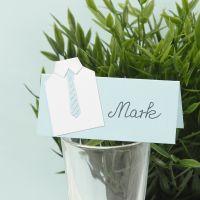 Un marque-place pour une première communion décoré d'une chemise en papier cartonné et d'une cravate en papier