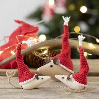 Des mini bonnets de lutins crochetés pour des souris en bois