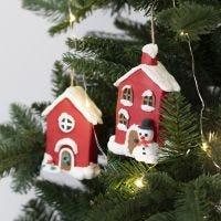 Des maisons de Noël en papier mâché, à suspendre, décorée avec de la pâte Foam Clay