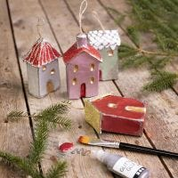 Des maisons de Noël à suspendre, décorées avec de la peinture métallisée et des paillettes