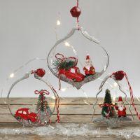 Des décorations de Noël à suspendre faites de figurines miniatures placées dans des emporte-pièces