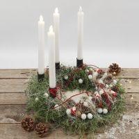 Une couronne de l'Avent décorée de matériaux naturels et de bougies LED