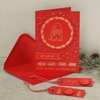 Une carte de Noël décorée d'un lutin curieux fait en film décoratif