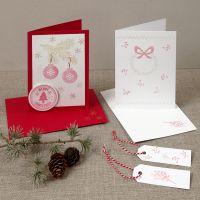 Une carte de Noël avec des motifs tamponnés