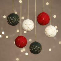 Des boules de Noël feutrées à l'aiguille à partir de boules en polystyrène décorées de fil doré