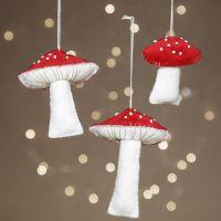 Des champignons feutrés décorés avec des perles de rocaille