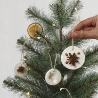 Des décorations à suspendre en argile autodurcissante décorées de matériaux naturels