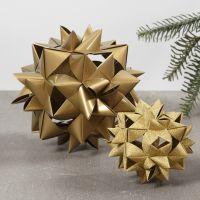 Une grande étoile tissée avec 24 bandes de papier étoile