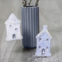 Des maisons de Noël à suspendre décorées avec de la base collante Sticky Base et des paillettes