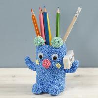 Un porte-stylos en forme d'ours fabriqué avec de la pâte Foam Clay Large et un tybe en carton