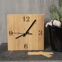 Un cadran d'horloge décoré de placage de bambou