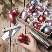 Des boules de Noël en bois décorés avec de la peinture Art Metal et du film décoratif
