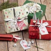Emballage cadeau avec des décorations de Noël
