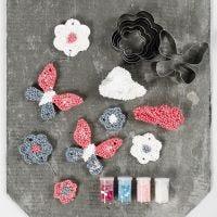 Des décorations à suspendre confectionnée avec de la pâte Foam Clay Large et des emporte-pièces