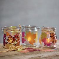 Des lanternes décorées de feuilles poinçonnées