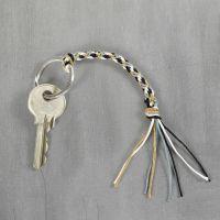 Un porte-clés en ficelle de bambou fait en utilisant la technique de tressage kumihimo
