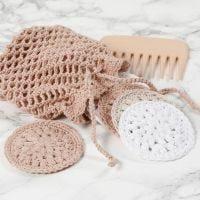 Des rondelles de coton et une trousse de toilette crochetées