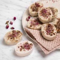 Selbst hergestellte Shea-Seife mit Vanille und Rosenblüten