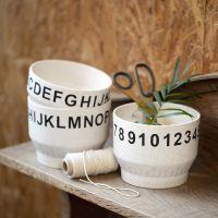 Des bols en bambou décorés de chiffres et de lettres