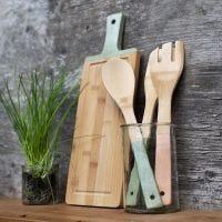 Des ustensiles de cuisine en bambou peints avec de la peinture acrylique Plus Color