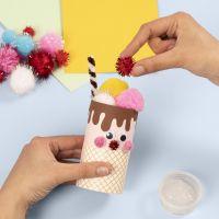Un cornet de crème glacée fait à partir d'un tube en carton décoré avec du matériel de bricolage de base