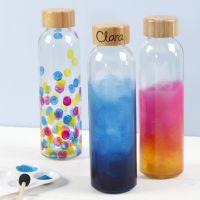 Une bouteille d'eau décorée avec de la peinture pour verre