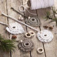 Des décorations à suspendre en macramé et décorées de perles