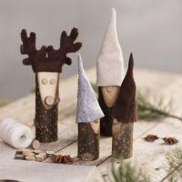 Un lutin et un renne faits à partir de bâtons de bois