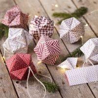 Une boule de Noël en origami pliée dans du papier pour origami
