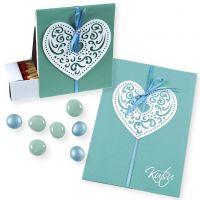 Une invitations et des boîtes avec des coeurs de papier en filigrane