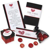 Une invitation, un marque-place, une carte de menu et des décorations de table rouges et noirs