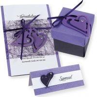 Une invitation, un marque-place et des décorations de table blanches et violettes