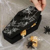 Un cercueil d'Halloween décoré d'araignées